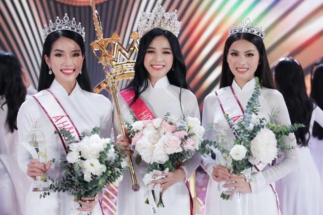 Vừa đăng quang Hoa hậu Việt Nam, Đỗ Thị Hà (giữa) đã bị những tin đồn bủa vây...