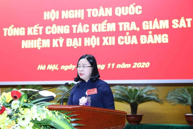 Bà Bùi Thị Thu Hoài, Ủy viên Trung ương Đảng, Phó Chủ nhiệm Ủy ban Kiểm tra Trung ương trình bày Báo cáo tổng kết công tác kiểm tra, giám sát nhiệm kỳ Đại hội XII. Ảnh: Phương Hoa/TTXVN.