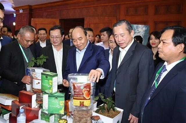Thủ tướng Nguyễn Xuân Phúc thăm các gian hàng trưng bày sản phẩm tại diễn đàn. (Ảnh: Thống Nhất/TTXVN).