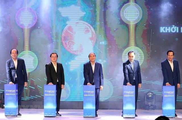 Thủ tướng Nguyễn Xuân Phúc và các đại biểu thực hiện nghi thức khai mạc diễn đàn. (Ảnh: Thống Nhất/TTXVN).