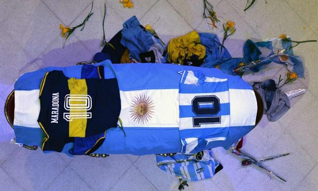 Chiếc áo số 10 của đội tuyển Argentina và Boca Juniors được phủ lên linh cữu Maradona. (Nguồn: EPA).