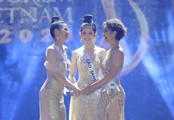 Khoảnh khắc 3 người đẹp trong Top 5 Hoa khôi Du lịch Việt Nam hồi hộp chờ đợi kết quả nhưng cuối cùng không ai được xướng tên.