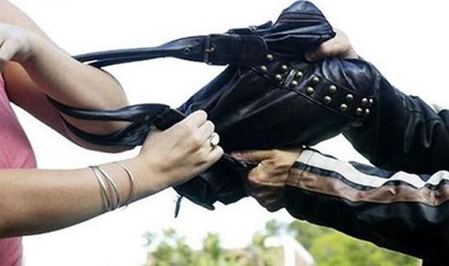 Khi đang đi xe máy, nên tránh giành lại túi vì có thể bị té ngã và gặp tại nạn.