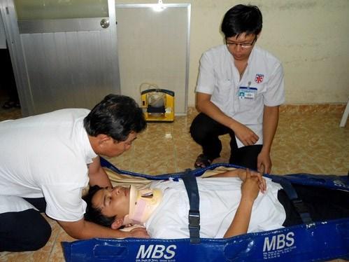 Việc cố định cột sống phải được làm ngay từ đầu khi tiếp xúc với bệnh nhân nghi ngờ bị chấn thương cột sống. Nguồn: Sức khỏe đời sống.