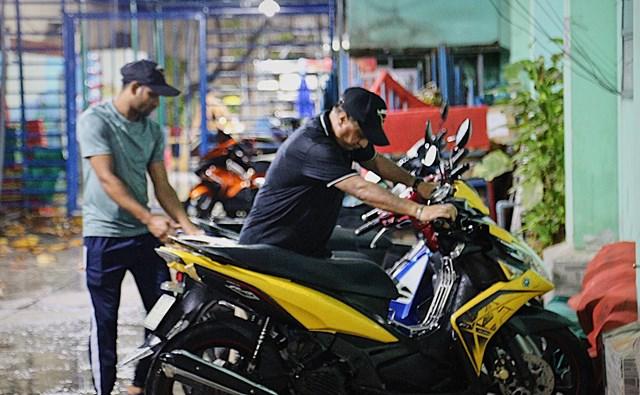 Khoảng 6 tháng nay, hình ảnh các chàng trai Ấn Độ làm công việc giữ xe đã dần quen thuộc với nhiều người ở khu vực Trần Hưng Đạo, Nguyễn Khắc Nhu (quận 1, TPHCM).