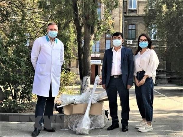 Tặng thiết bị y tế cho Bệnh viện truyền nhiễm Odessa. (Ảnh: Hội người Việt Nam tỉnh Odessa cung cấp).