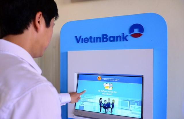 Ứng dụng công nghệ thông tin tạo thuận lợi cho người dân và doanh nghiệp sử dụng dịch vụ ngân hàng.
