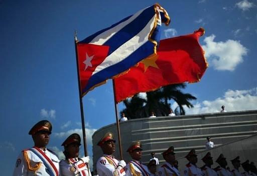 Quốc kỳ Việt Nam và Cuba. (Ảnh: Alianza News).