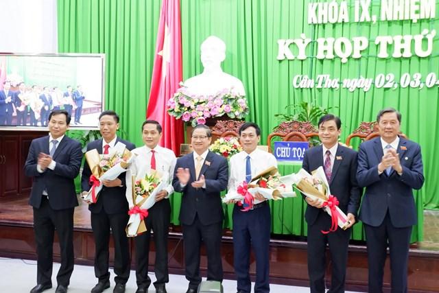 Chủ tịch HĐND TP Cần Thơ Phạm Văn Hiểu trao hoa chúc mừng các tân Phó Chủ tịch HĐND, UBND TP Cần Thơ nhiệm kỳ 2016 – 2021.