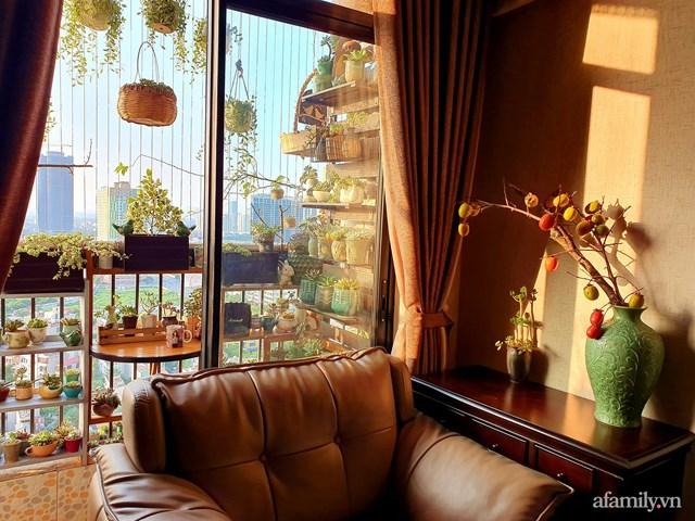 Từ phòng khách có thể ngắm nhìn trọn vẹn vẻ đẹp của ban công.