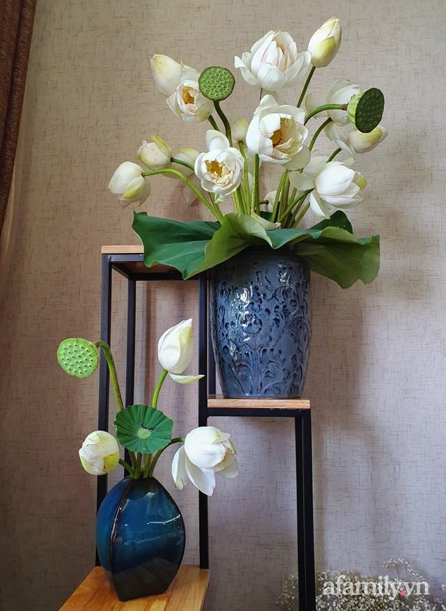 Khi rảnh rỗi, chị Anh Nguyễn còn dành thời gian để cắm những bình hoa tươi làm đẹp cho không gian sống của gia đình mình.