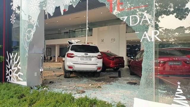 Chiếc xe tông một người nguy kịch, đâm vỡ kính và lao thẳng vào bên trong cửa hàng trưng bày ô tô. (Ảnh: Thành Trung).