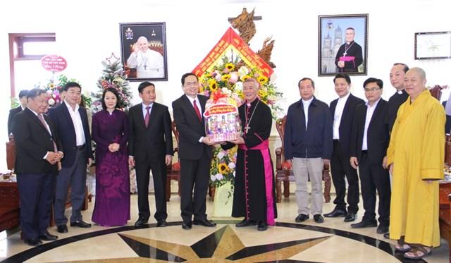 Chủ tịch Trần Thanh Mẫn tặng quà đại diện Tòa Giám mục Giáo phận Vinh.