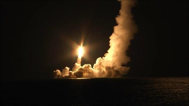Tên lửa đạn đạo liên lục địa Bulava được phóng đi từ tàu ngầm. (Nguồn: ruptly.tv).