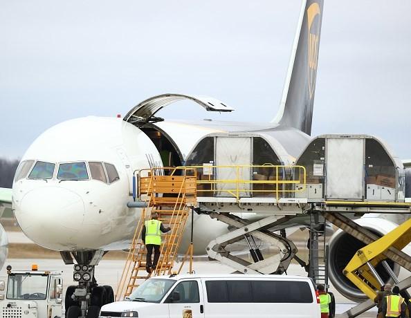 Các kiện chứa vaccine phòng Covid-19 được đưa lên máy bay vận chuyển của USPS. (Ảnh: Getty).