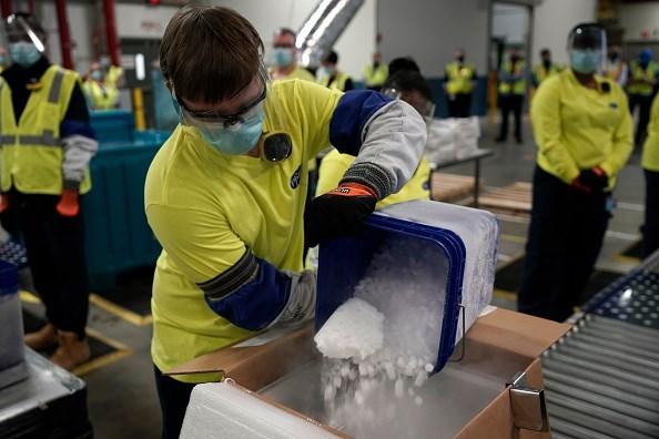 Trong mỗi thùng chứa vaccine đều có rất nhiều đá lạnh nhằm bảo đảm nhiệt độ bảo quản. (Ảnh: Getty).