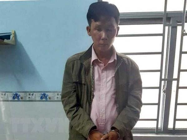 Đối tượng Trần Minh Thành bị bắt giữ cùng các tang vật. (Ảnh: TTXVN phát).