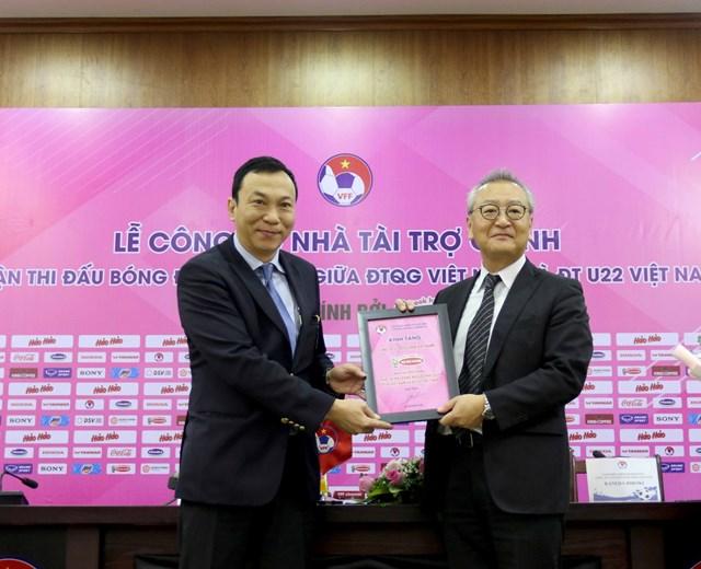 Phó chủ tịch VFF Trần Quốc Tuấn và đại diện nhà tài trợ.