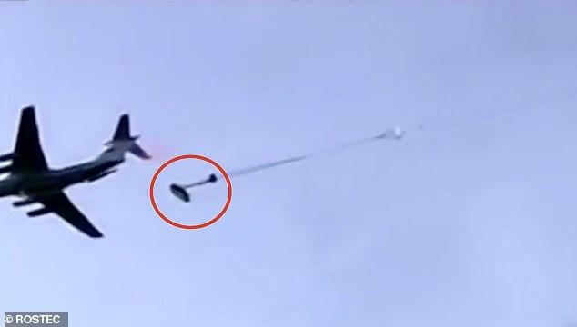 Xe tăng Nga nhảy dù từ máy bay vận tải (Ảnh: Rostec).