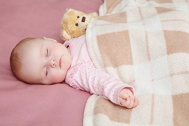 Cách mặc ấm đúng cho bé sơ sinh tuân theo quy tắc '4 ấm 1 lạnh', mặc không qua 4 lớp quần áo...