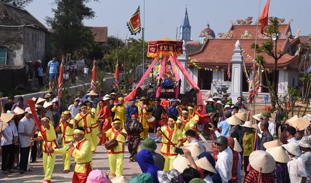 Lễ hội Cầu ngư không thể thiếu hò chèo cạn.