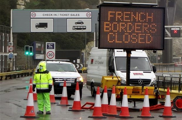 Khu vực cửa khẩu thông thương giữa Pháp với Anh dẫn tới cảng Dover ở Kent, Đông Nam Anh đóng cửa ngày 21/12/2020, trong bối cảnh hàng loạt quốc gia ban hành lệnh đóng cửa biên giới cũng như ngừng mọi chuyến bay đến và đi từ Xứ sở sương mù. (Nguồn: AFP/TTXVN).