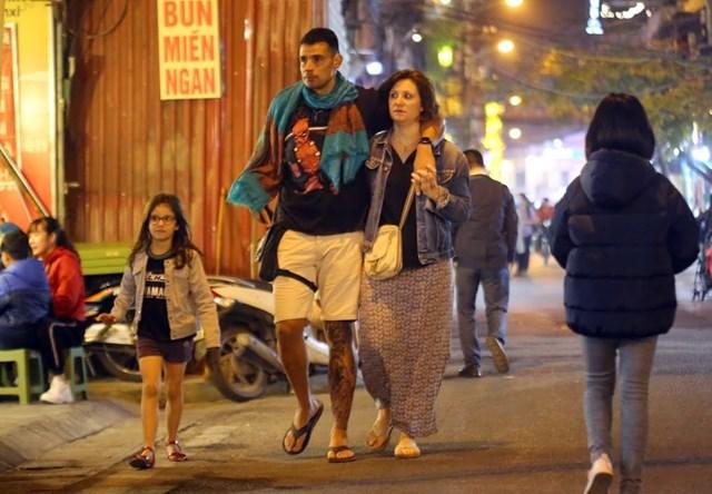 Du khách nước ngoài dạo trên phố đi bộ mới.