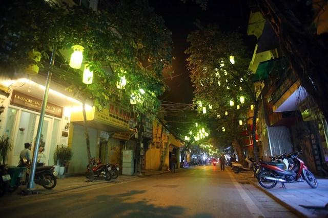 Khác với các tuyến phố đi bộ trước đây trong phố cổ, UBND quận Hoàn Kiếm không sắp xếp các hộ kinh doanh dưới lòng đường, chỉ bố trí một số ít xe chuyên dụng bán hàng ăn nhanh, nước uống... tại một số ngã ba, ngã tư phục vụ người dân và du khách.