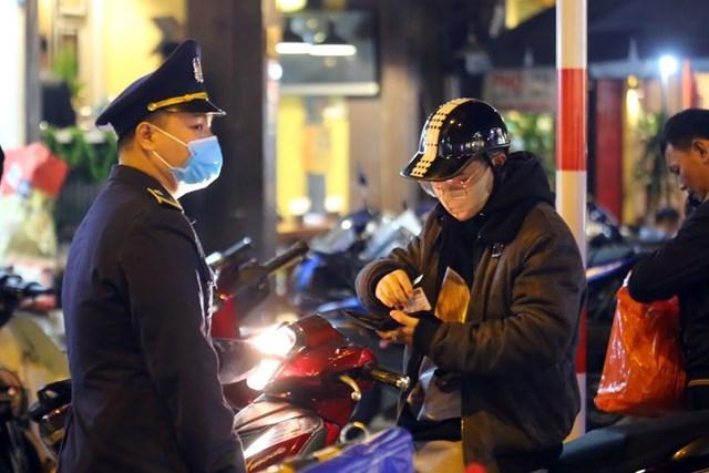 Người dân sinh sống trong phố đi bộ xuất trình chứng minh thư để đưa xe về nhà.