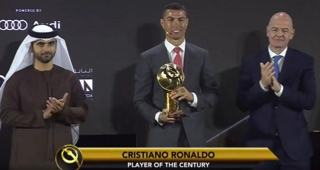 C.Ronaldo nhận giải Cầu thủ xuất sắc nhất thế kỷ.