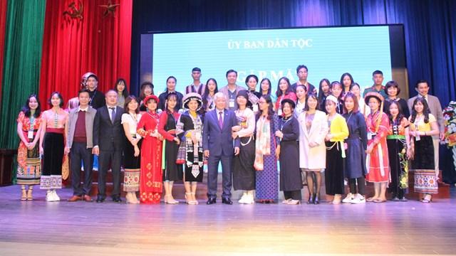 Bộ trưởng, Chủ nhiệm Đỗ Văn Chiến và Thứ trưởng, Phó chủ nhiệm Hoàng Thị Hạnh cùng các học sinh, sinh viên, thanh niên DTTS tiêu biểu tại buổi gặp mặt.