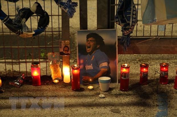 Người hâm mộ thắp nến tưởng niệm huyền thoại bóng đáDiego Maradona, tại Naples, Italy. (Ảnh: AFP/TTXVN).