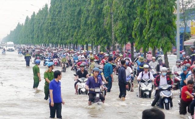 Người dân Tây Đô vẫn quay cuồng trong biển nước, hàng nghìn học sinh phải nghỉ học - 7