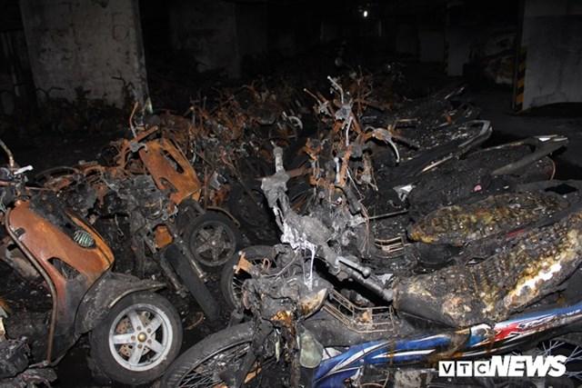 [ẢNH] Đưa hàng trăm xe máy, ô tô cháy rụi trong 'thảm họa' Carina ra ngoài