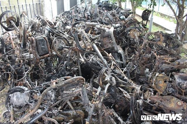 [ẢNH] Đưa hàng trăm xe máy, ô tô cháy rụi trong 'thảm họa' Carina ra ngoài - 12