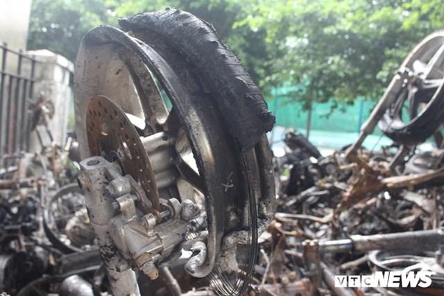 [ẢNH] Đưa hàng trăm xe máy, ô tô cháy rụi trong 'thảm họa' Carina ra ngoài - 13