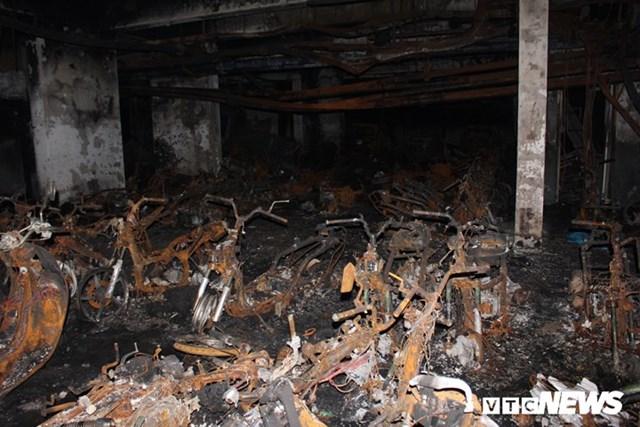 [ẢNH] Đưa hàng trăm xe máy, ô tô cháy rụi trong 'thảm họa' Carina ra ngoài - 1