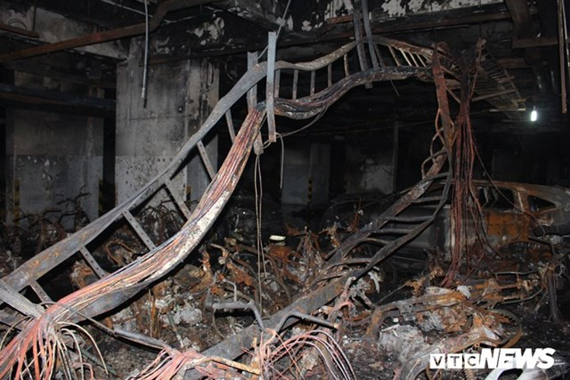 [ẢNH] Đưa hàng trăm xe máy, ô tô cháy rụi trong 'thảm họa' Carina ra ngoài - 3