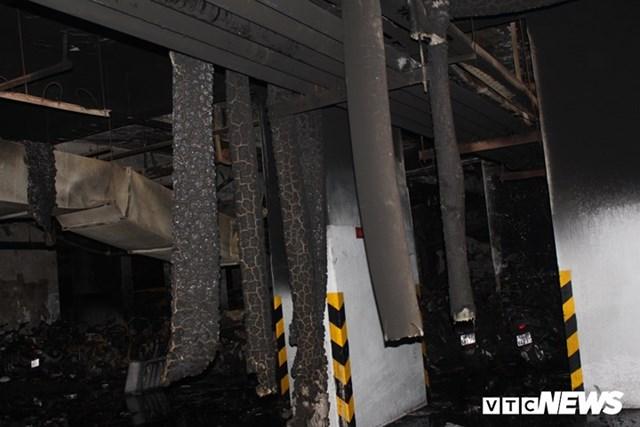 [ẢNH] Đưa hàng trăm xe máy, ô tô cháy rụi trong 'thảm họa' Carina ra ngoài - 4