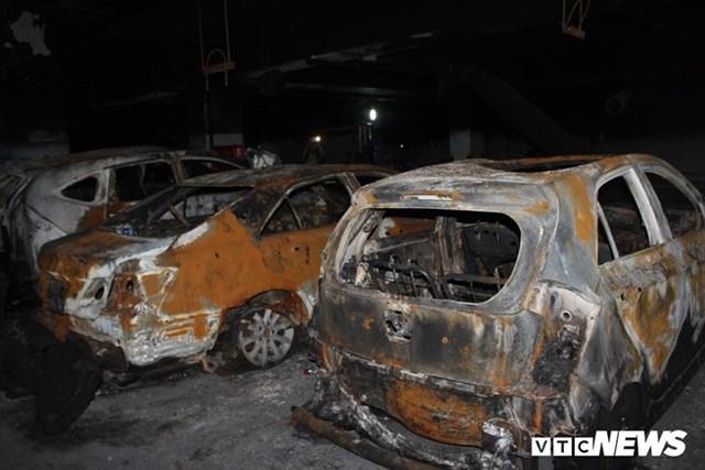 [ẢNH] Đưa hàng trăm xe máy, ô tô cháy rụi trong 'thảm họa' Carina ra ngoài - 5