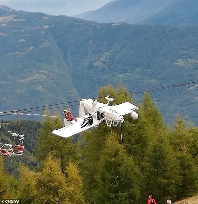 Máy bay Italy treo lộn ngược lơ lửng trên cáp treo - 1