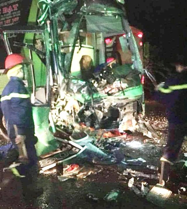 Hai xe khách giường nằm tông nhau, 24 người bị thương