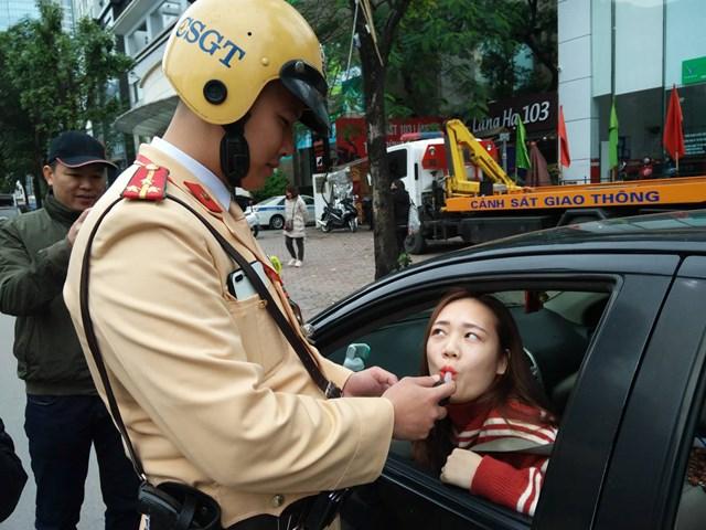 Người phụ nữ đề nghị Cảnh sát lau hộ son khi thổi nồng độ cồn - 1