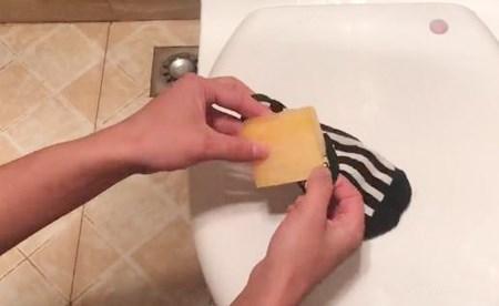 Mẹo vặt: Chỉ một chiếc tất và mẩu xà phòng thừa sạch mùi hôi toilet - 1