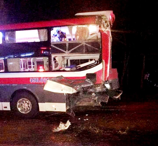 Hai xe khách giường nằm tông nhau, 24 người bị thương - 1