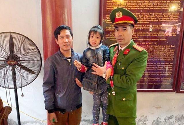 Bị lạc tại Văn Miếu, bé gái tìm đến chú công an