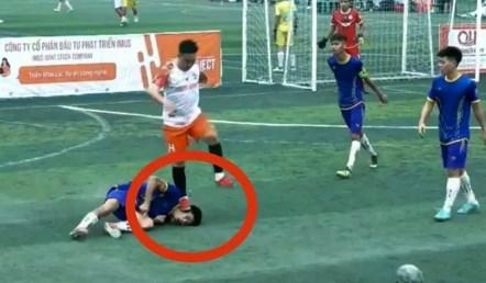Cầu thủ bóng đá nghiệp dư Việt Nam đạp thẳng vào đầu đối thủ