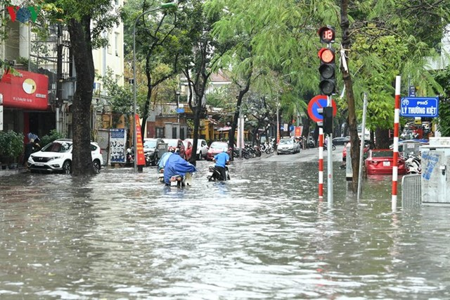 [ẢNH] Bất ngờ với cơn mưa lớn, đường Hà Nội biến thành 'sông' - 8