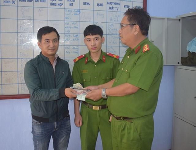 Thừa Thiên - Huế: Chiến sĩ công an trả lại tài sản cho ngườibịđánh rơi