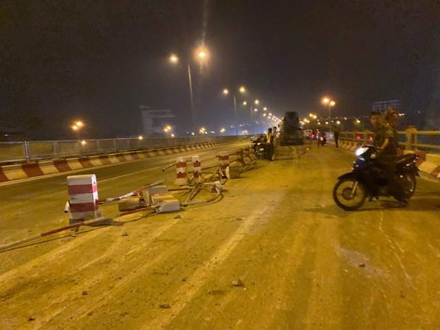 Xe bồn nổ lốp mất lái trên cầuThanh Trì, 4 sinh viên gặp nạn